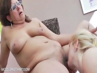triple cougar lesbos rubbing pussies