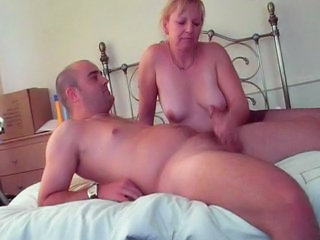 "Sexy Mature Lady In Pantyhose Gives Handjob"" class=""th-mov"
