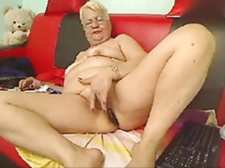 Granny masturbarting in front webcam